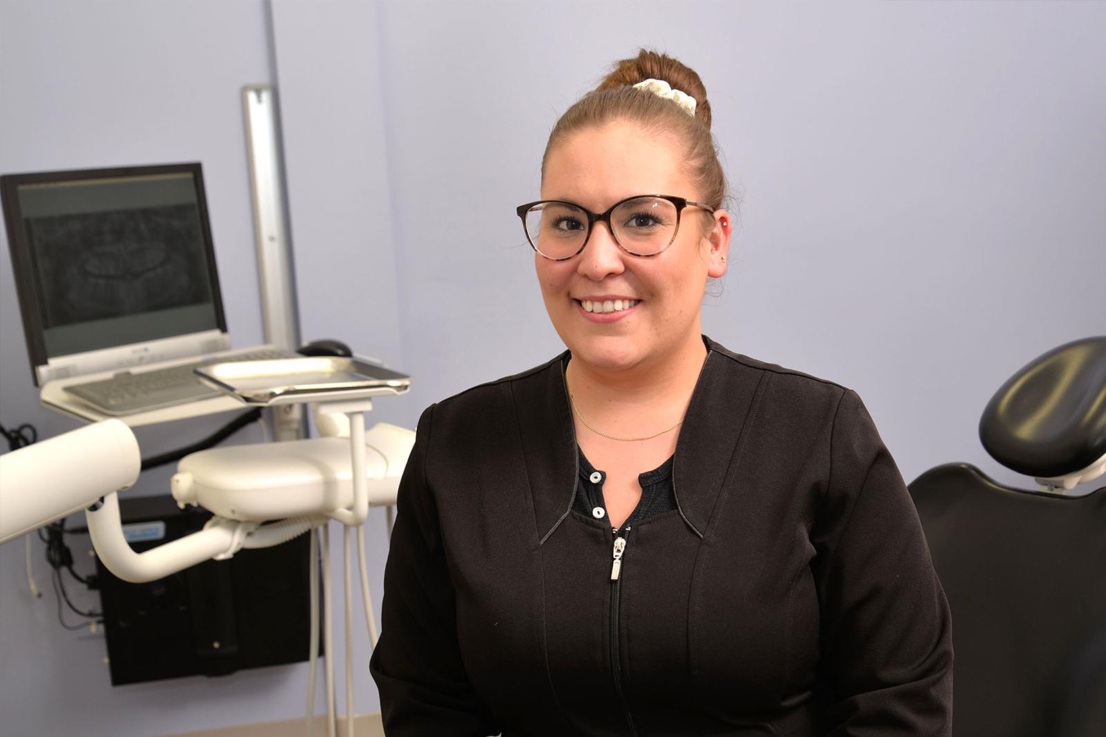 http://www.dentistedrummondville.com/wp-content/uploads/2015/12/Clinique-dentaire-des-promenades-Sarah-eve-assistante-1.jpg