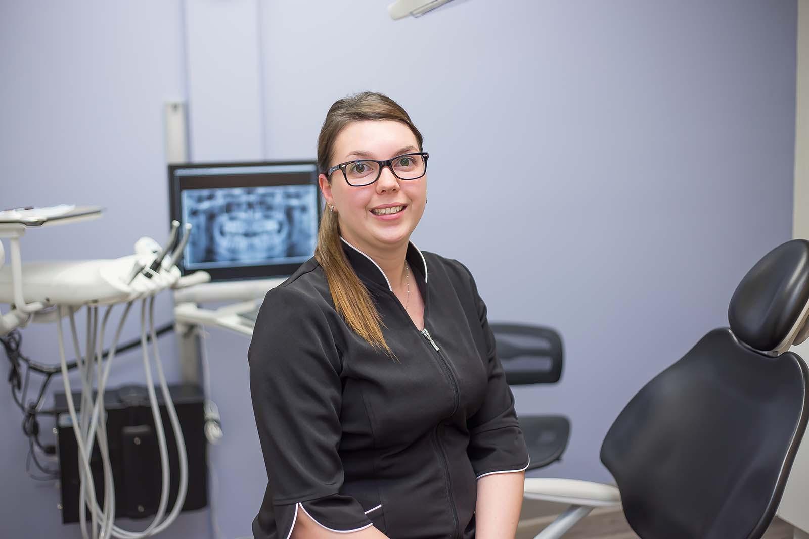 http://www.dentistedrummondville.com/wp-content/uploads/2015/12/Stephanie-Hygieniste-dentaire.jpg